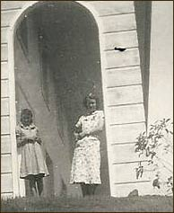 Innkeeper Audrey Bebb with her younger sister Beverly Hogan (later Troth), c. 1938, at the Inn's Colonnade which was modeled on Washington's Mt. Vernon.
